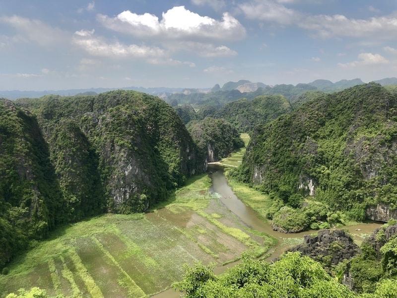 vista mua caves dall'alto a ninh binh in vietnam
